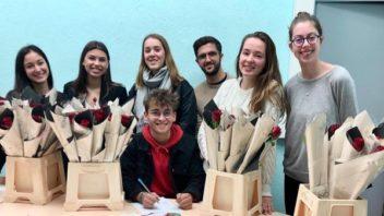 Distribution de roses par le BDE